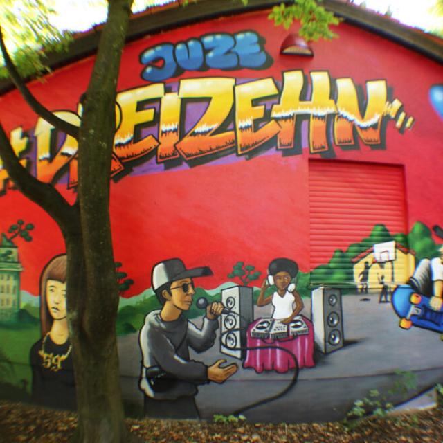 girl character rapper skater djane dj juze dreizehn ballon augsburg  chain kette augsburg hochfeld louzeh lou zeh